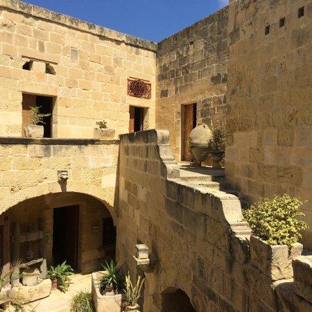 Gharb Folklore Museum: Vista del interior