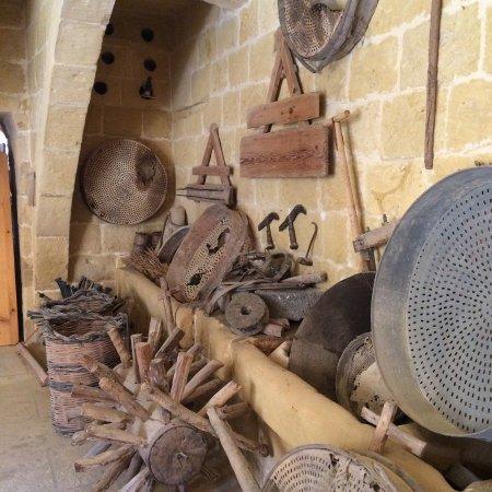 Gharb Folklore Museum: Diversos aperos