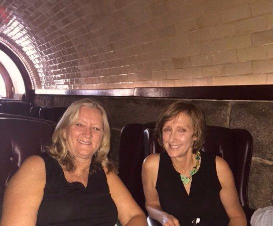 นอร์ทแทมป์ตัน, แมสซาชูเซตส์: Enjoying drinks in tunnel bar