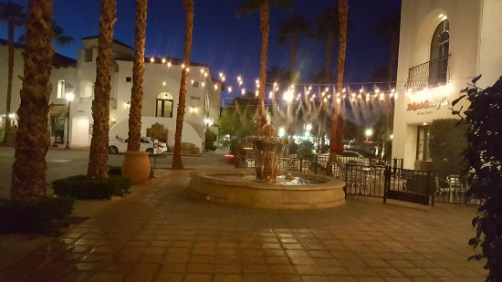 La Quinta, Kalifornia: Looking from the patio at Grill on Main