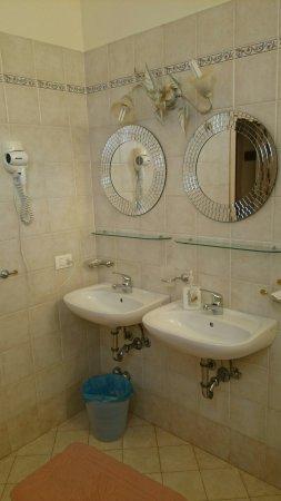 Villa El Shaddai : Bagno spaziosissimo, doppio lavabo e doccia idromassaggio.