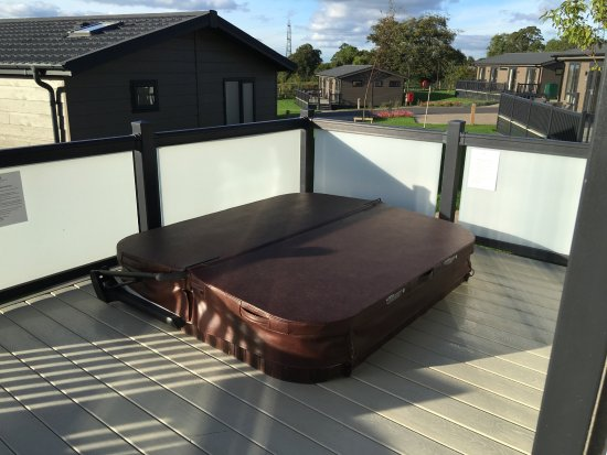 Hawkchurch, UK: Hot tub on decking