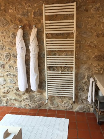 Avinyonet de Puigventos, إسبانيا: Nicely appointed bathroom, rustic and modern
