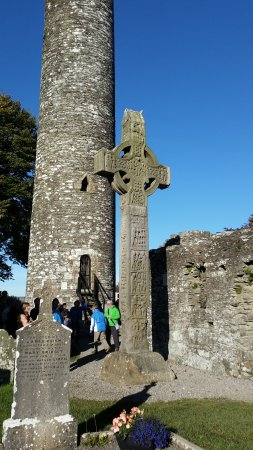 County Louth, Irland: Round Tower & Celtic Cross