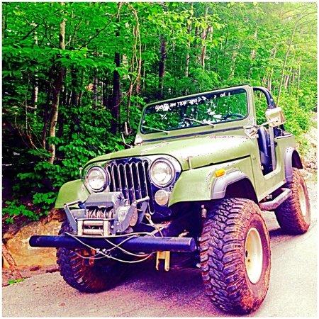 Saint Hippolyte, แคนาดา: Nos jeeps sont prêts pour une randonnée hors sentiers!