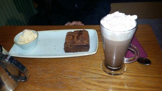 Navan, Irlanda: chocolate brownie with homemade icecream and hot chocolate