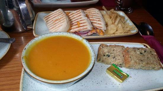 Navan, Irlanda: Vegetable soup, ham & cheese panini