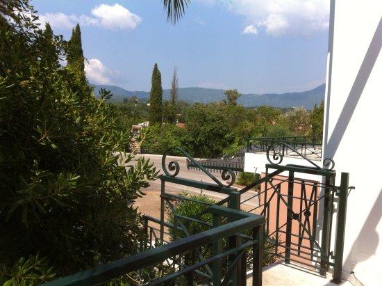 Aquis Park Hotel : De la piscine, vue sur la montagne, côté route.