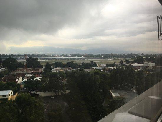 Crowne Plaza Guatemala: Foto desde la habitacion viendo al aeropuerto