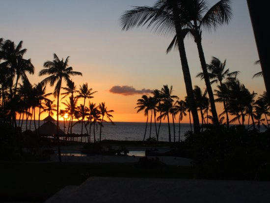 Fairmont Orchid, Hawaii: Sunset at the Luana Lounge (restaurant/bar)