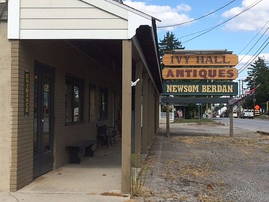 Abbottstown, PA: The exterior is plain, but there is plenty of free parking, and the interior holds many treasure
