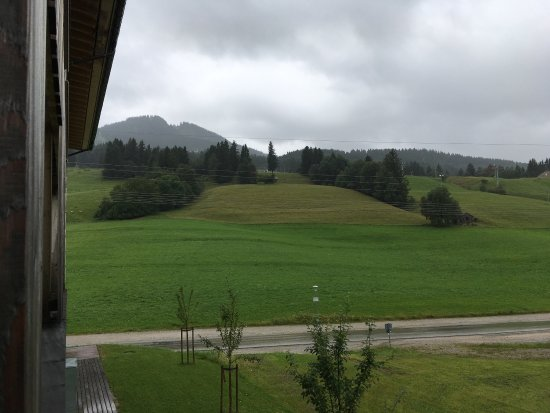 Nesselwang, Tyskland: Lovely location, amazing views (except for the poster on the ceiling above the bed... just why?!