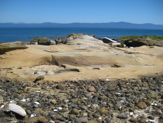 Hornby Island, Canadá: Low tide stone sculptures.