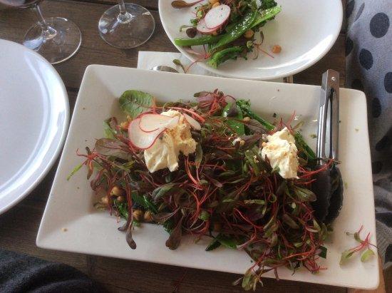 McLaren Vale, Australië: Chick pea with radish & green salad