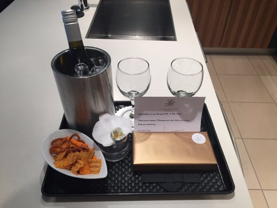 L'Hermitage Hotel: Our complimentary wine and chocolates for our honeymoon!