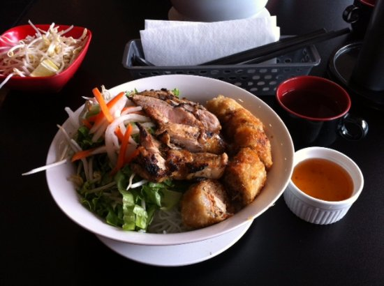 Burnaby, Kanada: vermicelli bowl with grilled chicken & spring roll