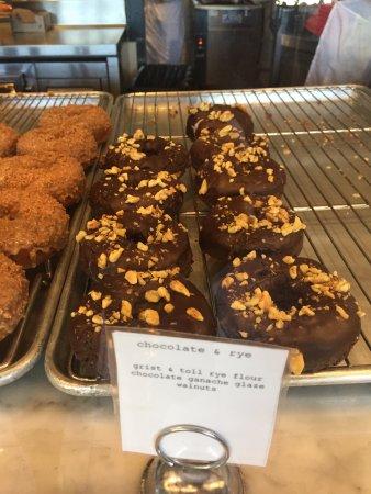 Costa Mesa, Californie : Chocolate & Rye. Rye flour, chocolate ganache glaze with walnuts