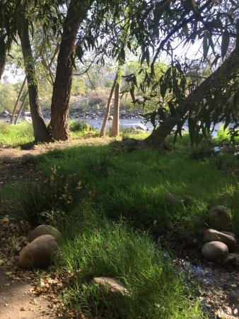Kernville, Kalifornien: Just steps from camper to waters edge.