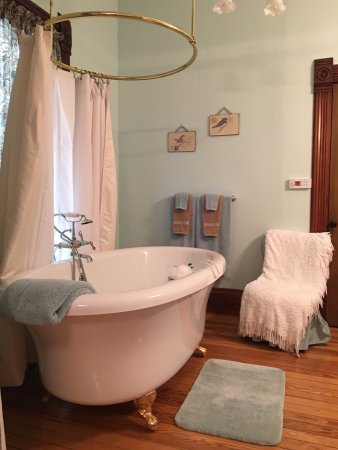 Stone-Yancey House Bed and Breakfast : The Stone Room bath air jetted whirlpool tub (Stone-Yancey House Bed & Breakfast)