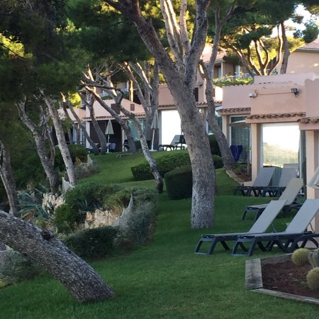 Costa d'en Blanes, สเปน: Clifftop villas by the sea.