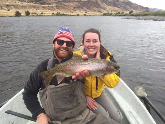 Gardiner, Μοντάνα: My wife with Brogan (our guide) and her gorgeous Rainbow Trout