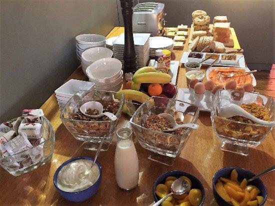Kaikoura Boutique Hotel: Complimentary & fabulous breakfast spread