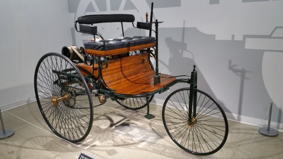 Petersen Automotive Museum : 'Motorwagen'. The first car on road. Benz of course.