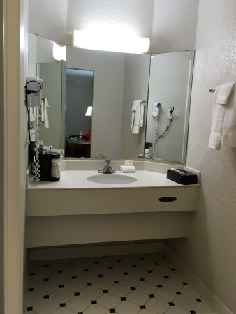 La Quinta Inn Austin South / IH35: out-of-date bathroom fixtures