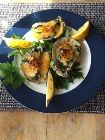 Shipwright's Cafe: Very large oysters on a big plate