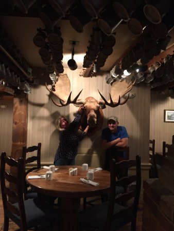 Wolfeboro, Νιού Χάμσαϊρ: Yep, they have a moose in the tavern too :-)