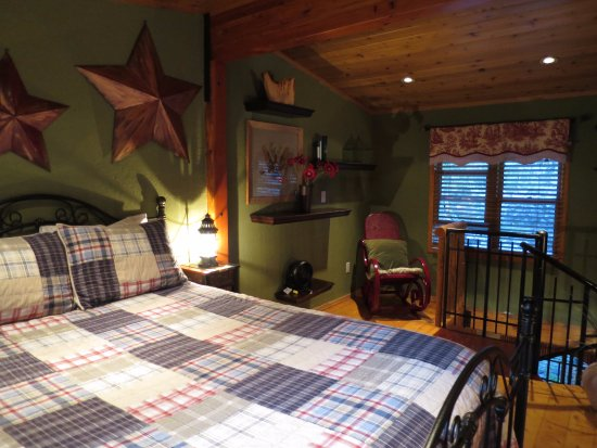 The Cabins at Country Road: The upstairs bedroom.