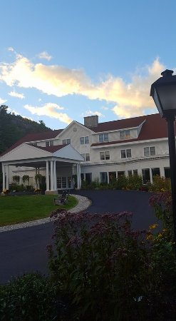 White Mountain Hotel and Resort: Front of hotel