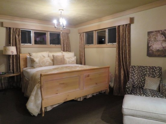 Evergreen, CO: King sized bed -- super comfy!!