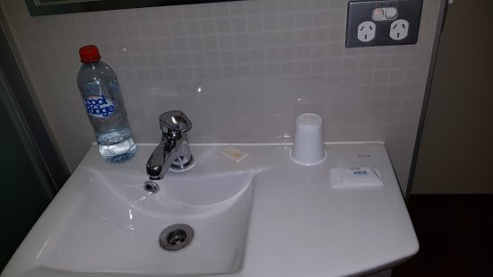Ibis Budget Sydney Olympic Park Hotel: The sink showing the drinking recepticle!