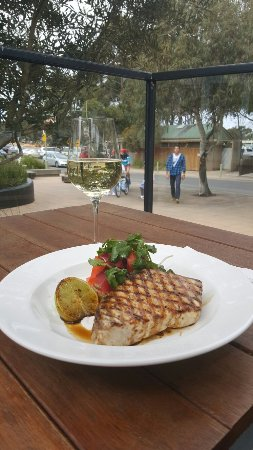 Anglesea, Australien: Grilled swordfish and pickled carrot salad.