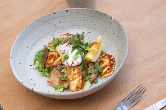 New Plymouth, Nueva Zelanda: Top seller: avacado and pea smash with zany zues haloumi 💪🏽