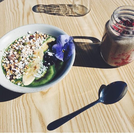 New Plymouth, Nya Zeeland: Smoothie bowl and PBJ smoothie in the sunshine