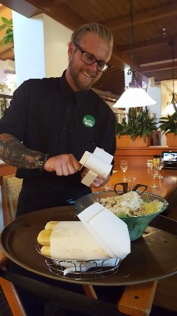 ‪‪Santee‬, كاليفورنيا: Kyle Our Server Hand Grading Romano Cheese on Our Salad Bowl‬