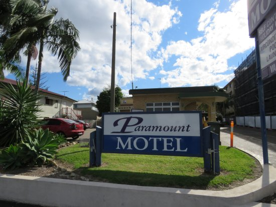 Paramount Motel and Serviced Apartments: Paramount from the road
