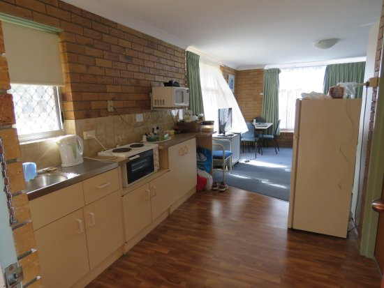 Paramount Motel and Serviced Apartments: Our upstairs unit - the kitchen area