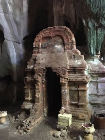 Kampot, Kambodscha: Place for fertility with 'natural made' yoni inside (cave resembles a birth canal) & man-made li