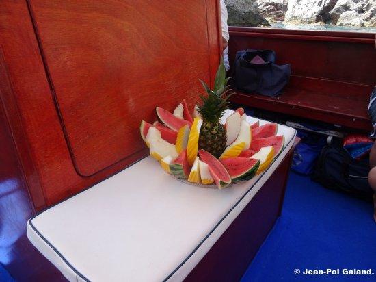 Giardini Naxos, Italie : Les fruits offerts.