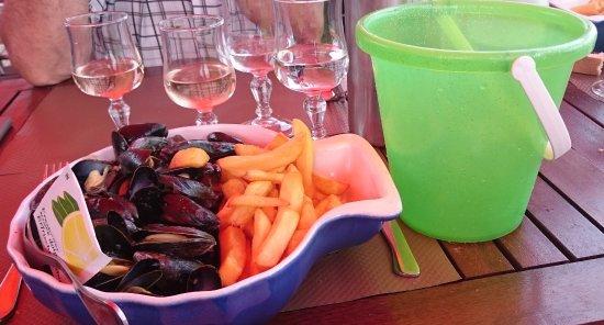 Prefailles, Frankrig: Assiette Moules Frites avec son saut