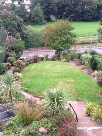 Bryn Derwen Guest House: Front garden from our window