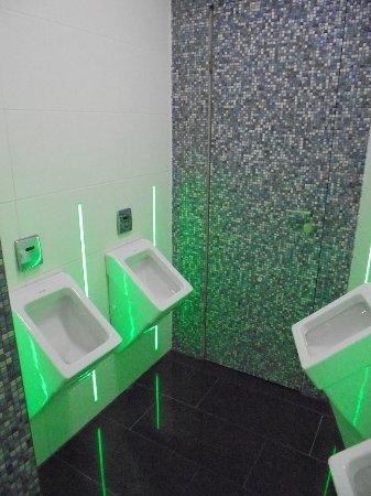 Akropolis: saubere Toiletten mit LED Beleuchtung