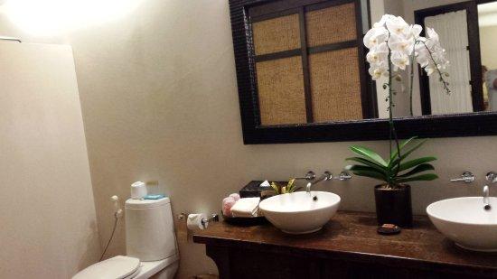Tamarind Village: Vista del baño