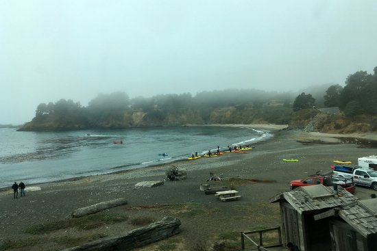 Little River, CA: Van Damme beach where we did sea kayaking with Kayak Mendocino. The Inn is on the hill behind it