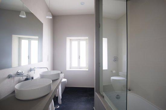 Camera Caracciolo, bagno con doppio lavandino e vasca/doccia - Foto ...
