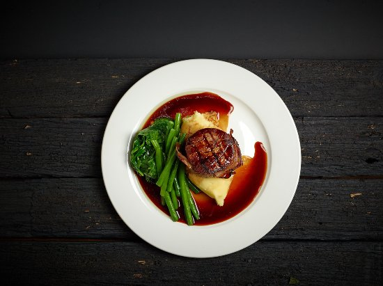 The Farmers Arms Daylesford: Eye fillet mignon with mash, green beans, garlic spinach and red wine jus (GF)