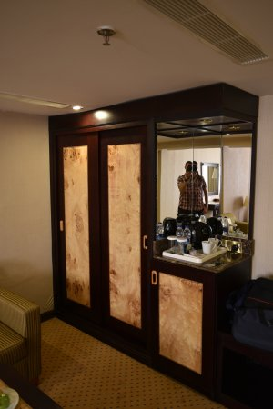 Chambre: Dressing Et Minibar. - Picture Of Waves International